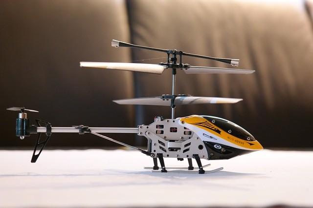 Игрушка вертолет — еще одна идея для подарка.